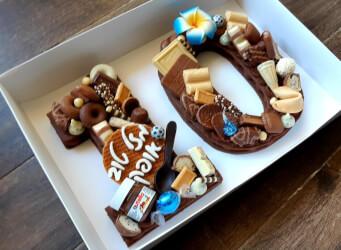 עוגת מספרים 10 - שתי שכבות בצק שקדים פריך קקאו וגנאש שוקולד מוקצף עם כל השוקולדים הכי חמים<br>בתוספת הקדשה אישית ועוגיית מזל.