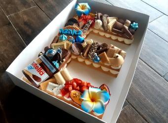 עוגת מספרים E - שתי שכבות בצק שקדים פריך במילוי קרם מסקרפונה ווניל אמיתי עם פירות טריים ושוקולד<br>בתוספת הקדשה אישית ועוגיית מזל.