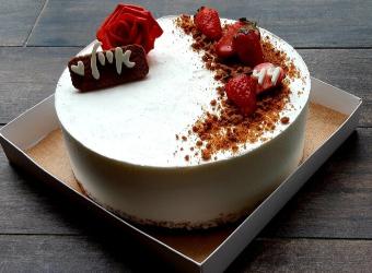 עוגת  מוס גבינה ושוקולד לבן על בסיס קראנץ פאייטה ולוטוס קוטר 24.