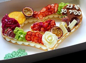 עוגת מספרים לב - שתי שכבות בצק שקדים פריך במילוי קרם מסקרפונה ווניל אמיתי פיטאיה, פסיפלורה תותים ושוקולד.<br>בתוספת הקדשה אישית.