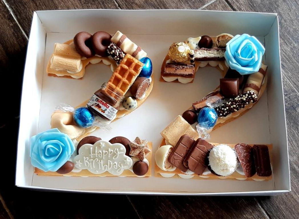 עוגת 22 - שתי שכבות בצק שקדים פריך במילוי קרם מסקרפונה ווניל אמיתי עם שוקולד מובחר בתוספת הקדשה אישית.