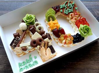 עוגת מספרים 40 - שתי שכבות בצק שקדים פריך במילוי קרם מסקרפונה ווניל אמיתי עם אננס, קיווי, תותים ועוד...<br>בתוספת שוקולד מובחר והקדשה אישית.