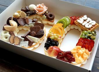 עוגת מספרים 60 - שתי שכבות בצק שקדים פריך במילוי קרם מסקרפונה ווניל אמיתי עם אננס, קיווי, תותים ועוד...<br>בתוספת שוקולד מובחר הקדשה אישית ועוגיית מזל.