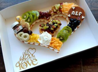 עוגת מספרים לב לחגיגות יום השנה - שתי שכבות בצק שקדים פריך במילוי קרם מסקרפונה ווניל אמיתי עם אננס, פפאיה, קיווי ועוד<br>בתוספת הקדשה אישית..