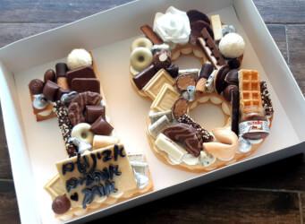 עוגת מספרים 18 - שתי שכבות בצק שקדים פריך במילוי קרם מסקרפונה ווניל אמיתי עם שוקולד מובחר <br>בתוספת הקדשה אישית ועוגיית מזל.