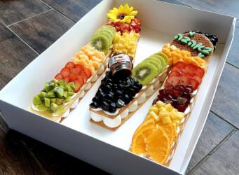 עוגת מספרים M - שתי שכבות בצק שקדים פריך במילוי קרם מסקרפונה ווניל אמיתי עם אננס, קיווי, תותים פפאיה ועוד...<br>בתוספת הקדשה אישית...<br>