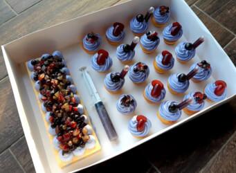 מארז קינוחים :<br>1. קאפקייקס וניל עשיר עם קרם מסקרפונה, דובדבני אמרנה ענבים ואוכמניות<br>2. פס בצק שקדים פריך עם קרם מסקרפונה ופירות.