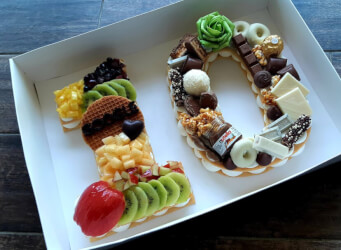 עוגת מספרים 10 - שתי שכבות בצק שקדים פריך במילוי קרם מסקרפונה ווניל אמיתי עם אננס, קיווי, פפאיה ועוד...<br>בתוספת שוקולד מובחר והקדשה אישית...<br>