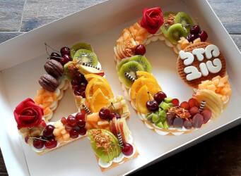 עוגת מספרים 40 - שתי שכבות בצק שקדים פריך במילוי קרם מסקרפונה ווניל אמיתי עם קיווי פפאיה ודובדבנים...<br>בתוספת  מקרונים והקדשה אישית.