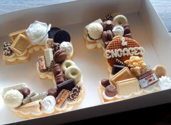 עוגת מספרים 31 - שתי שכבות בצק שקדים פריך במילוי קרם מסקרפונה ווניל אמיתי עם שוקולד מובחר...<br>בתוספת מקרונים פופקורן מקורמל והקדשה אישית.
