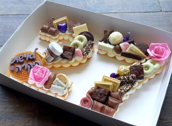 עוגת מספרים 27 - שתי שכבות בצק שקדים פריך במילוי קרם מסקרפונה ווניל אמיתי עם שוקולד מובחר<br>בתוספת בראוניז והקדשה אישית.