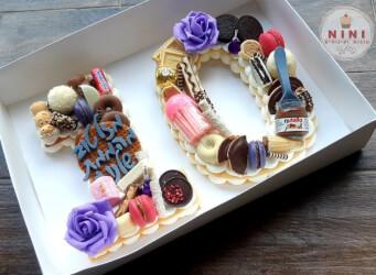 עוגת מספרים 10 - שתי שכבות בצק שקדים פריך במילוי קרם מסקרפונה ווניל אמיתי עם שוקולד מובחר <br>בתוספת מקרונים והקדשה אישית.<br>