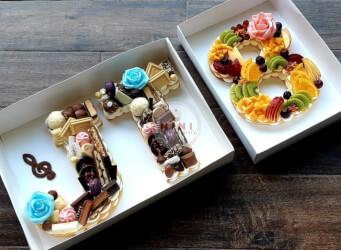עוגת מספרים מוזיקלית JT 8 - שלושה אובייקטים, שתי שכבות בצק שקדים פריך במילוי קרם מסקרפונה ווניל אמיתי עם קיווי, מלון, דובדבנים ושוקולד מובחר <br>בתוספת מקרונים ונשיקות מרנג.<br>