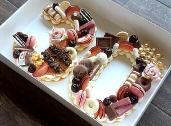 עוגת מספרים מלכותית 30 - שתי שכבות בצק שקדים פריך במילוי קרם מסקרפונה ווניל אמיתי עם שוקולד מובחר <br>בתוספת פופקורן מקורמל מקרונים והקדשה אישית.<br>