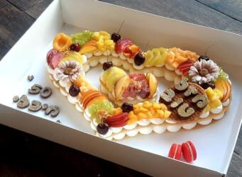 עוגת לב - שתי שכבות בצק שקדים פריך במילוי קרם מסקרפונה ווניל אמיתי עם קיווי, דובדבנים, מלון, ענבים ועוד<br>בתוספת מקרונים והקדשה אישית<br>