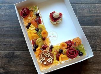 עוגת מספרים L  - שתי שכבות בצק שקדים פריך במילוי קרם מסקרפונה ווניל אמיתי עם דובדבנים, קיווי, אננס, ענבים ועוד<br>בתוספת הקדשה אישית<br>