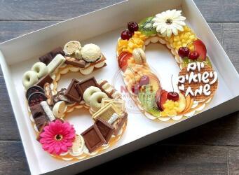 עוגת מספרים 60 - שתי שכבות בצק שקדים פריך במילוי קרם מסקרפונה ווניל אמיתי עם קיווי, מלון דובדבנים ועוד<br>בתוספת שוקולד מובחר, מקרונים והקדשה אישית<br>