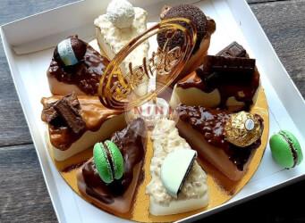 מוס שוקולד לבן בטעמים: פררו רושה, רפאלו, קינדר בואנו, ריבת חלב, פרלינה וחלבה<br>בתוספת מקרונים