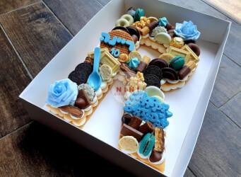 עוגת מספרים R - שתי שכבות בצק שקדים פריך במילוי קרם מסקרפונה ווניל אמיתי עם שוקולד, בתוספת מקרונים פופקורן מקרומל והקדשה אישית