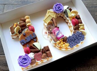 עוגת מספרים 10 - שתי שכבות בצק שקדים פריך במילוי קרם מסקרפונה ווניל אמיתי עם שוקולד, בתוספת מקרונים פופקורן מקרומל והקדשה אישית