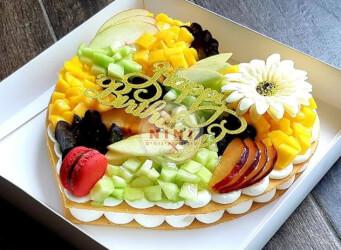 עוגת מספרים טרופית (לב) - שתי שכבות בצק שקדים פריך במילוי קרם מסקרפונה ווניל אמיתי עם קיווי, מנגו, ענבים ועוד<br>בתוספת מקרונים והקדשה אישית.<br>