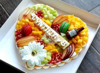 עוגת מספרים טרופית (לב) - שתי שכבות בצק שקדים פריך במילוי קרם מסקרפונה ווניל אמיתי עם קיווי, מנגו, רימונים ועוד<br>בתוספת מקרונים, בקבוק ויסקי והקדשה אישית.<br>