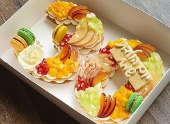 עוגת מספרים 30 - שתי שכבות בצק שקדים פריך במילוי קרם מסקרפונה ווניל אמיתי עם מנגו, מלון רימונים ועוד,בתוספת מקרונים והקדשה אישית