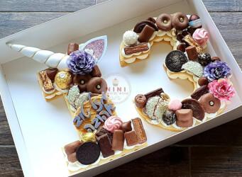 עוגת מספרים 13 (חד קרן) - שתי שכבות בצק שקדים פריך במילוי קרם מסקרפונה ווניל אמיתי כל השוקולדים הכי חמים בתוספת נשיקות מרנג