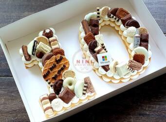 עוגת מספרים 10 - שתי שכבות בצק שקדים פריך במילוי קרם מסקרפונה ווניל אמיתי עם כל השוקולדים הכי חמים בתוספת לוגו מבצק סוכר ובקבוק ויסקי