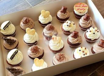 קאפקייקס - קארין בחרה לחגוג יום הולדת עם מלא קאפקייקס מושחתים<br>חצי וניל/ חצי שוקולד נוגט ופינוקי שוקולד