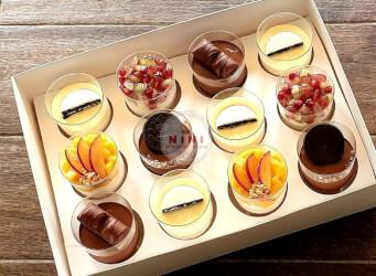 מארז קינוחים מפנק:<br>עוגת מספרים עם פירות<br>מוס שוקולד לבן עוגיות<br>מוס שוקולד מריר