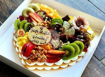 עוגת מספרים טרופית (לב) - שתי שכבות בצק שקדים פריך במילוי קרם מסקרפונה ווניל אמיתי עם קיווי, מנגו, אננס ועוד<br>בתוספת מקרונים פופקורן מקורמל והקדשה אישית