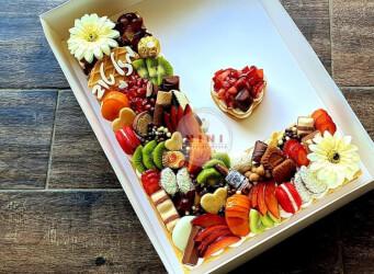עוגת מספרים L - שתי שכבות בצק שקדים פריך במילוי קרם מסקרפונה ווניל אמיתי עם תותים, קיווי, ענבים ועוד<br>בתוספת  מקרונים והקדשה אישית