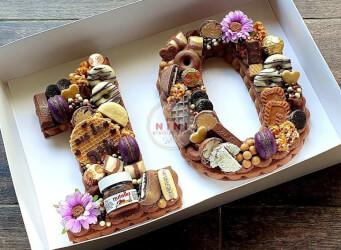 עוגת מספרים 10 למכורים לשוקולד - שתי שכבות בצק שקדים פריך וקקאו עם גנאש שוקולד חלב מוקצף ושברי שוקולד חלב !<br>בתוספת מקרונים מטריפים הקדשה אישית