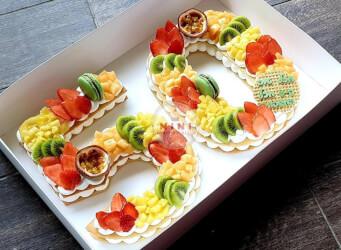 עוגת מספרים 50 - שתי שכבות בצק שקדים פריך במילוי קרם מסקרפונה ווניל אמיתי עם תותים, אננס פסיפלורה ועוד, בתוספת מקרונים מטריפים<br>והקדשה אישית