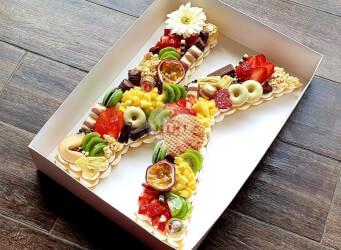 עוגת מספרים K - שתי שכבות בצק שקדים פריך במילוי קרם מסקרפונה ווניל אמיתי עם תותים, קיווי, אננס, פסיפלורה ועוד<br>בתוספת מקרונים והקדשה אישית