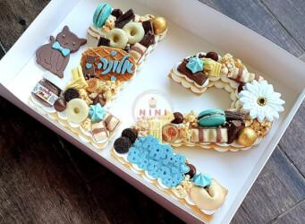 עוגת מספרים 12 (בת מצווה) - שתי שכבות בצק שקדים פריך במילוי קרם מסקרפונה ווניל אמיתי עם שוקולד מובחר בתוספת מקרונים, הקדשה אישית ועוד...