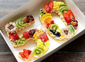 עוגת מספרים 50 - שתי שכבות בצק שקדים פריך במילוי קרם מסקרפונה ווניל אמיתי עם קיווי, אננס, תותים ועוד<br>בתוספת מקרונים והקדשה אישית.