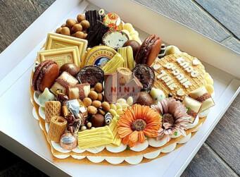 עוגת מספרים לב - שתי שכבות בצק שקדים פריך במילוי קרם מסקרפונה ווניל אמיתי בתוספת שוקולד מובחר<br>בתוספת מקרונים פופקורן מקרומל והקדשה אישית