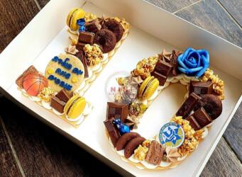 עוגת מספרים 10 (מכבי תל אביב) - שתי שכבות בצק שקדים פריך במילוי קרם מסקרפונה ווניל אמיתי עם שוקולד מובחר<br>בתוספת מקרונים ועוגיות שוקולד.