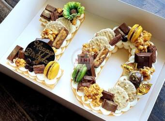 עוגת מספרים 10 - שתי שכבות בצק שקדים פריך במילוי קרם מסקרפונה ווניל אמיתי עם שוקולד מובחר<br>בתוספת מקרונים ועוגיות שוקולד.