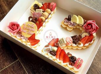 עוגת מספרים 12 (בת מצווה) - מתוק בתוספת המון אדום<br>שתי שכבות בצק שקדים פריך במילוי קרם מסקרפונה ווניל אמיתי מפוצצת בשוקולד מובחר, בתוספת מקרונים
