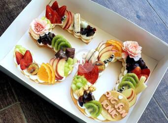 עוגת מספרים 50 - שתי שכבות בצק שקדים פריך במילוי קרם מסקרפונה ווניל אמיתי עם קיווי, תותים, ענבים ועוד<br>בתוספת מקרונים והקדשה אישית