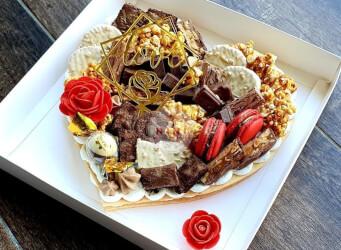 עוגת מספרים לב - שתי שכבות בצק שקדים פריך במילוי קרם מסקרפונה ווניל אמיתי מלאה בתותים בתוספת שוקולד מובחר<br>בתוספת מקרונים, פופקורן מקורמל והקדשה אישית.