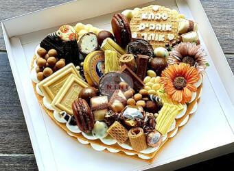 עוגת מספרים לב - שתי שכבות בצק שקדים פריך במילוי קרם מסקרפונה ווניל אמיתי בתוספת שוקולד מובחר<br>מקרונים, פופקורן מקורמל והקדשה אישית,
