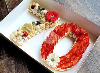 עוגת מספרים 70 - שתי שכבות בצק שקדים פריך במילוי קרם מסקרפונה וניל עם תותים ושוקולד מובחר<br>בתוספת מקרונים והקדשה אישית