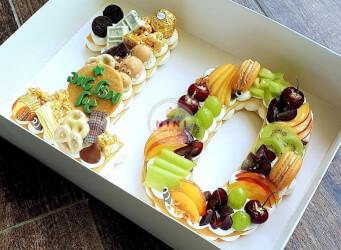 עוגת מספרים 10 - שתי שכבות בצק שקדים פריך במילוי קרם מסקרפונה וניל עם פירות טריים ושוקולד מובחר<br>בתוספת מקרונים והקדשה אישית