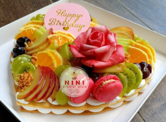עוגת מספרים לב בתוספת שוקולד מובחר, פירות טריים, מקרונים והקדשה