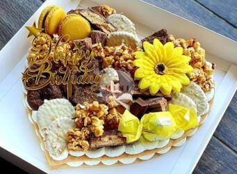 עוגת מספרים לב בתוספת שוקולד מובחר, מקרונים והקדשה