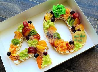 עוגת מספרים 40 - שתי שכבות בצק שקדים פריך במילוי קרם מסקרפונה וניל עם פירות טריים<br>בתוספת מקרונים והקדשה אישית